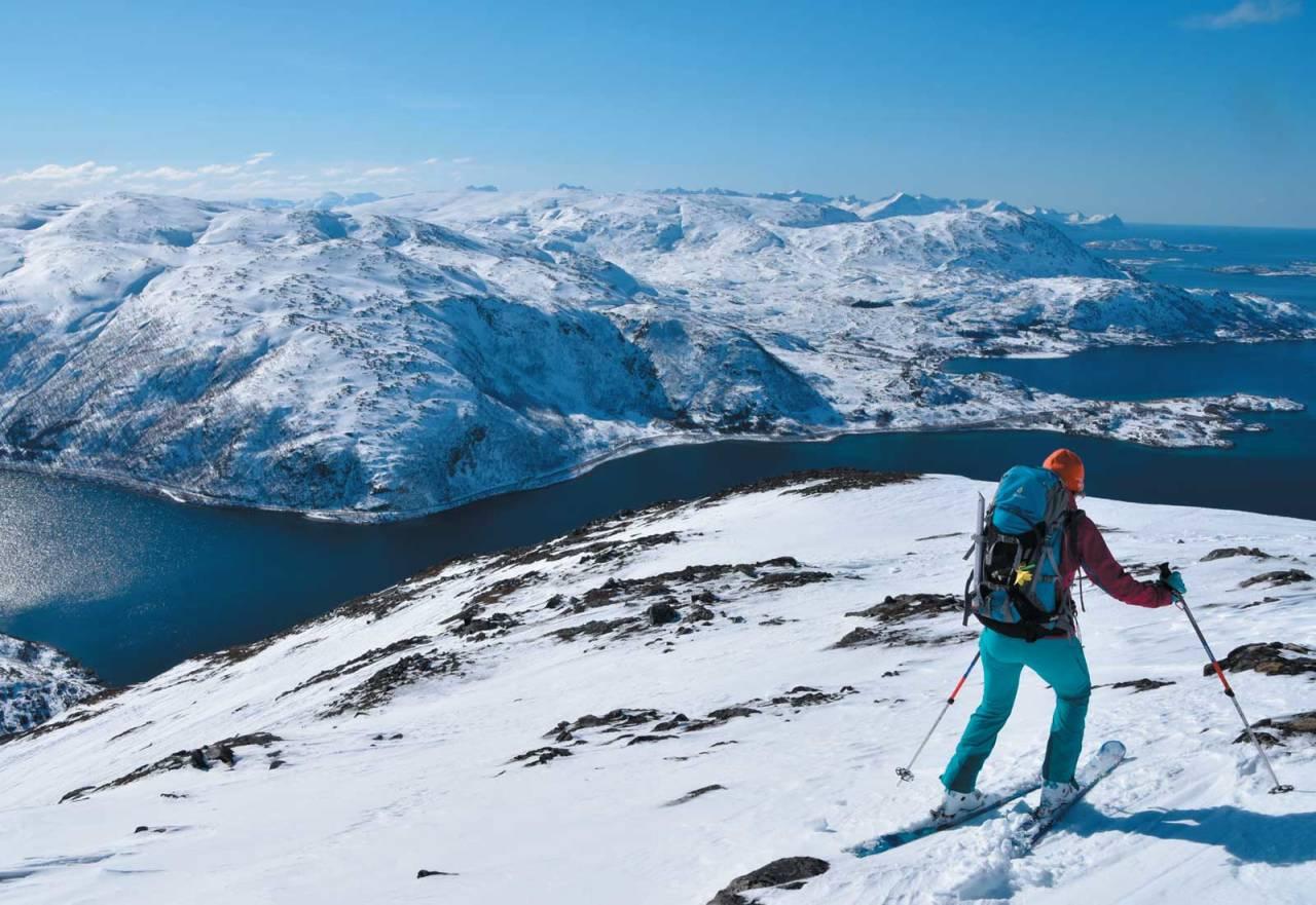 Heidi Berg leter etter beste linje på vei ned fra Vasstinden. Foto: Espen Nordahl. / Toppturer i Troms.