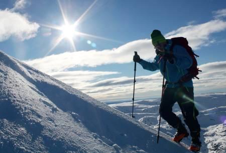Frank Pedersen koser seg på veien opp til Geitdalstind. Foto: Erik Hansson. / Toppturer i Sørvest