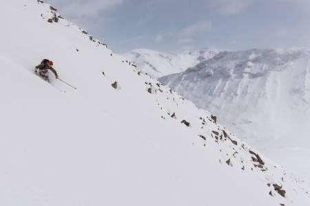 Det var en ny opplevelse fra Galdhøpiggen, sier skikjører Simen Johannessen etter å ha kjørt Norges høyeste fjell i bunnløs pudder. Bilde: Christian Nerdrum