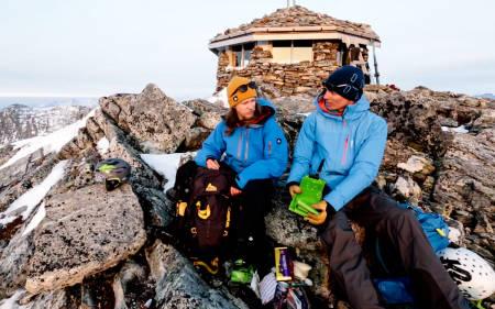 SKIFELLER: Hvilket terningkast gir Åsmund til skifellene som Asbjørn trekker ut av sekken, mon tro?