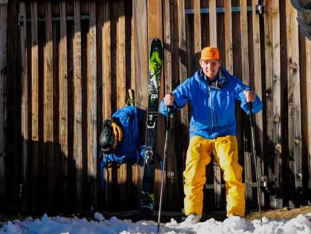 KLAR FOR STRAFFE: Asbjørn Eggebø Næss trenger verken mål eller 5-meter for å demonstrere hvordan en fotballkeeper ville stått på ski. Foto: Christian Nerdrum