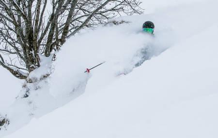 FACESHOT: Selv om bildet lyver litt, ble det mye snø i fjeset da Skipatruljen besøkte Andermatt. Her er det Kjetil Isaksens tur til å kjøle ned skjegget. Bilde: Christian Nerdrum