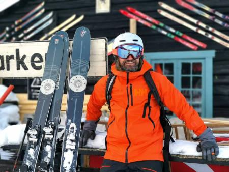 Bård Gundersen tar en prat med alpinegenden Ole Kristian Furuseth utenfor Koia i Kvitfjell