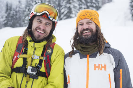 SAY CHEESE! Oscar Almgren og Bård Gundersen er tydeligvis godt fornøyd etter en dag i Stryn Vinterski. Bilde: Christian Nerdrum