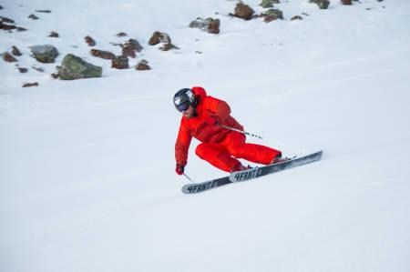 TØFF TEKNIKK: Når du får skiene på skjær, gjelder det å stå imot med overkroppen når g-kreftene tar over. Bilde: Ola Matsson