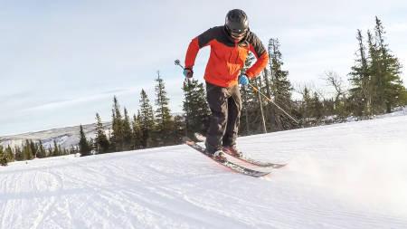 ALLSIDIGHETEN SELV: 360, 180, switch og butter. Ikke noe problem for denne karen. Eirik Finseth kan til og med kjøre på én ski. Baklengs. Det er han ikke lite fornøyd med, nei. Bilde: Christian Nerdrum