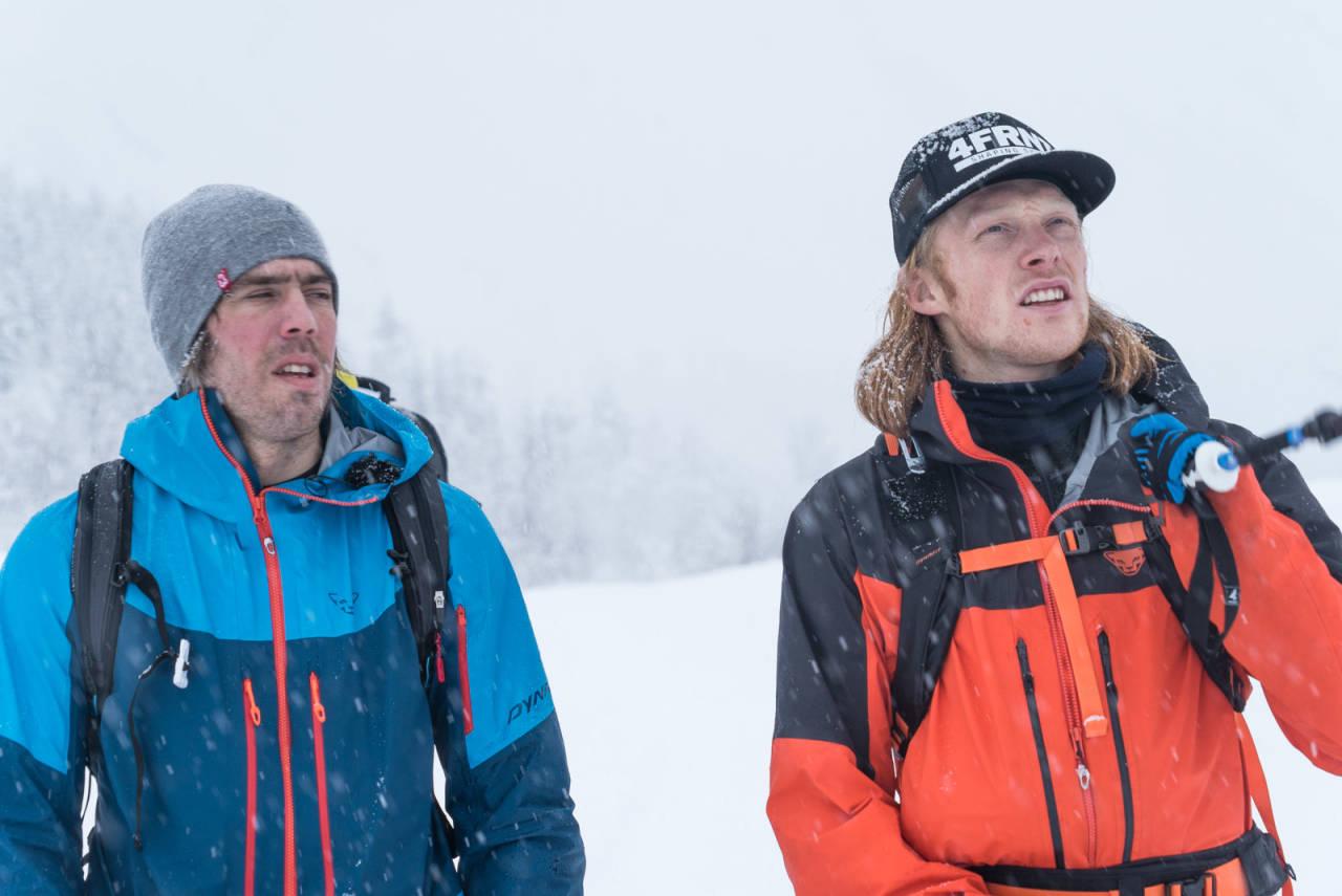 Eirik Finseth og Trygg Lindkjølen diskuterer teknikk før de bestiger og hiver seg utfor en fjellside med én meter med pudder ved Sogndal. Foto: Christian Nerdrum