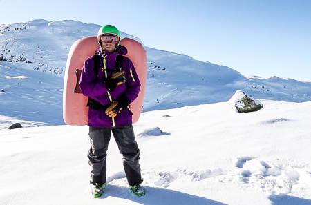 LA BALLONGEN GÅ: Når skal du egentlig trekke i snora hvis skredet går? Jørgen Aamot demonstrerer den premature varianten. Bilde: Benjamin Hjort