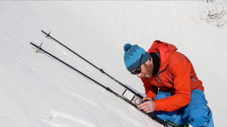 HUSK STAV OG KOMPASS: Legg stavene i snøen en plass som tilsvarer den bratteste hellingen du skal kjøre og legg på et kompass av denne typen. Det er én av metodene Jørgen Aamot benytter seg av. Bilde: Benjamin Hjort