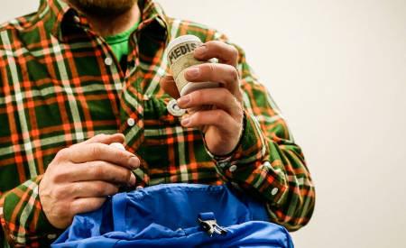 VÆR FORBEREDT: Minst én i gruppa bør ha med seg førstehjelpsutstyr på turen. Uforutsette skader eller sykdom kan skje før eller senere. Bilde: Benjamin Hjort