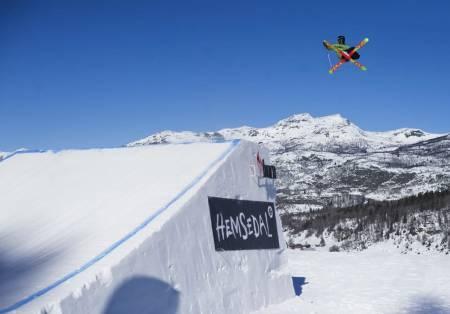 GRAB: Twintip/Freeski-legenden Aleksander Aurdal viser deg de viktigste grabbene på ski. Foto: Emil Kjos Sollie