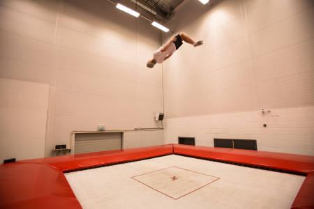 BAKLENGS: Felix Usterud forteller deg hvordan du kan gjøre backflip på trampoline. Bilde: Christian Nerdrum