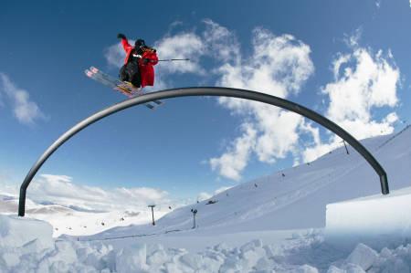 MORO FOR UNGA: Skal du herje i parken eller byen og gjøre de kuleste tingene som kan gjøres på ski, da må du ha parkski. Foto: Armada