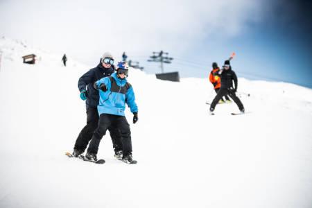 DOBBEL BACKFLIPP: Øystein Bråten hadde ikke noe annet valg enn å bli med, når Jesper Tjäder dukker opp i bakken med et ekstra sett med bindinger på skia. Bilde: Kyle Meyr