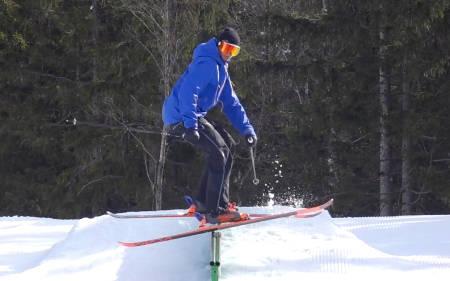 FASTLÅST: Mye av trikset for å holde deg på railen, for så stoppe og starte rotasjon, er å lage en saks av skiene. Bilde: Christian Nerdrum