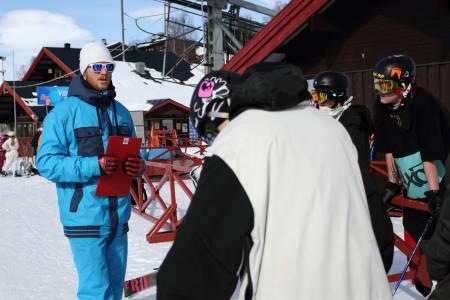 SENSOR: Eimund Staverløkk (i blå klær) var sensor for elevene ved Oppdal Skigymnas da de hadde eksamen i jibbing sist uke. Foto: Tore Meirik