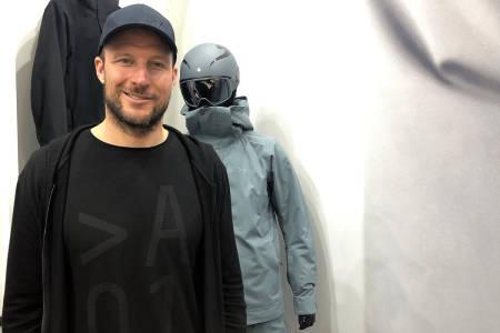 PÅ ISPO: Aksel Lund Svindal dro rett fra Kitzbühel til München. I bakgrunnen ser du en av Svindals kolleksjoner. Foto: Anders Holtet