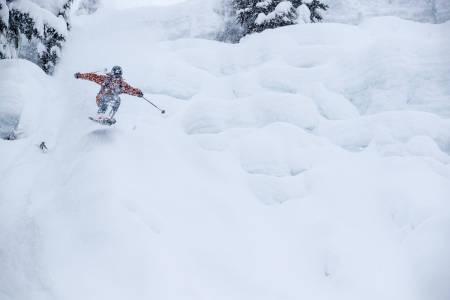 KRAV TIL KLÆR. De beste skidagene forutsetter klær som holder deg varm og tørr. Piers Solomon holder seg tørr i verdens mest nedsnødde skisenter; Mt. Baker i USA. Bilde: Oskar Enander
