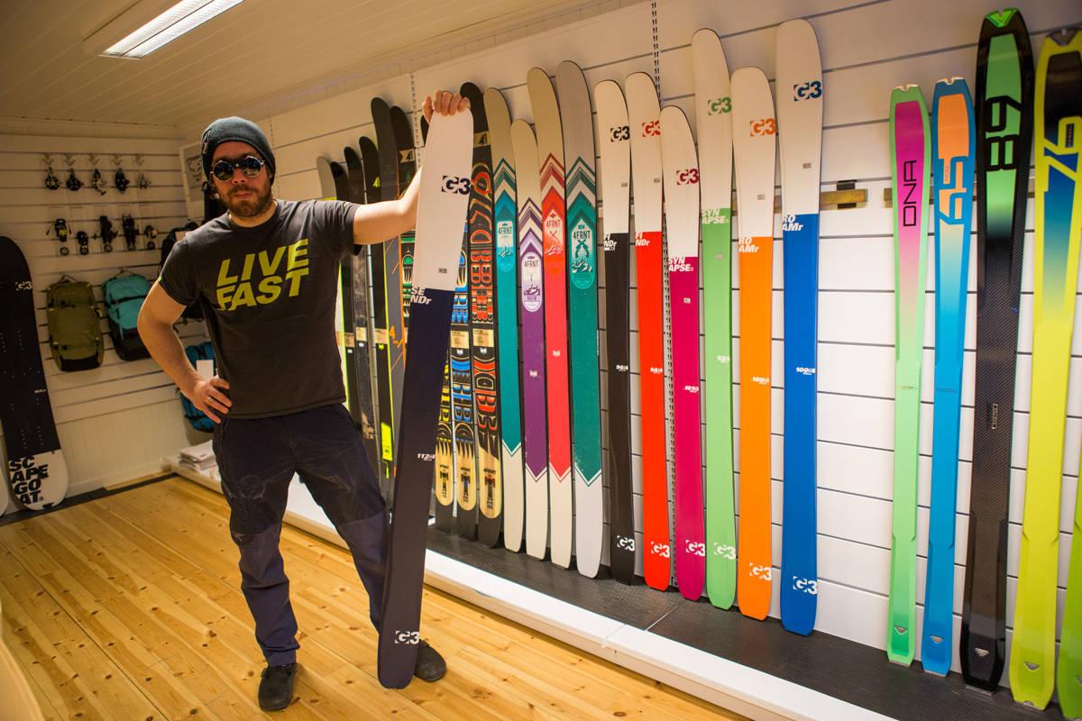 VILLE DU KJØPT SKI AV DENNE FYREN? Skifilmstjerna Eirik Finseth er sjef for G3 i Norge. Her poserer han med tøffe solbriller og G3s nye modell SENDr. Foto: Tore Meirik