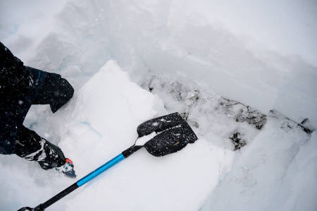 KLARE KRAV: UIAA-godkjente skredspader må ha størrelse, form og styrke som er basert på tiden det tar å grave stort og dypt nok hull – i knallhard snø - for å finne et skredoffer på den gjennomsnittlige dybden mellom 1 og 1,3 meter, på seks minutter.  Bilde: Martin Innerdal Dalen