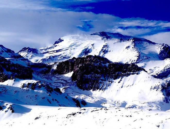 FJELLHEIMEN: En topp i Andesfjellene sett fra Valle Nevado i Chile. Lengre sør i landet lanseres Markers nye toppturbinding de neste dagene. Foto: Erlend Sande