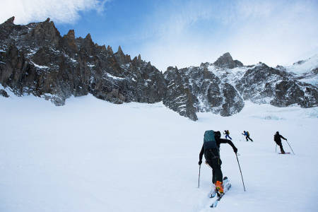 TOPPTUR: Skal du gå motbakke på alpeturen må du ta med toppturskia dine - men skal du bare kjøre heis er det best for både lår og drapå-egenskaper med vanlig slalåmstæsj. Her hentes det høydemeter på vei opp fra Valleé Blanche i Chamonix. Foto: Tore Meirik