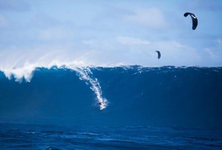 GIGANT: Ben Wilson på kjempebølgen i Stillehavet. Foto: www.straplesskitesurfing.com
