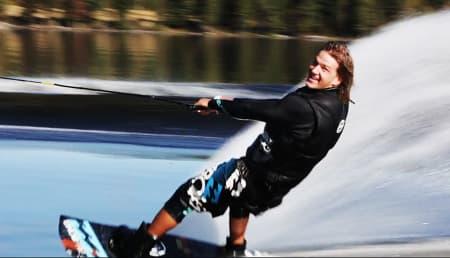 SOLEKLAR: Odd Roar Solerød er ikke snau. Det synes ikke Billabong heller, som sponser vestfoldingen for hans talenter innen både wakeboarding og snowboarding.