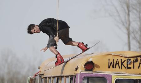 SKOLEEKSEMPELET: Det er ikke hver dag vi ser wakeboardere raile på en skolebuss.