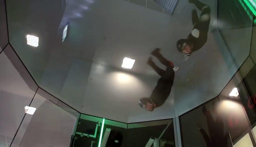 VINDTUNNEL: Nesten som å hoppe fallskjerm. Men du kan gjøre det inne i et rør.