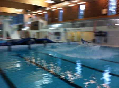 FØRSTE RUNDE: Det er krevende å ta gode bilder med mobiltelefon i en svømmehall, men her er i hvert fall ett.