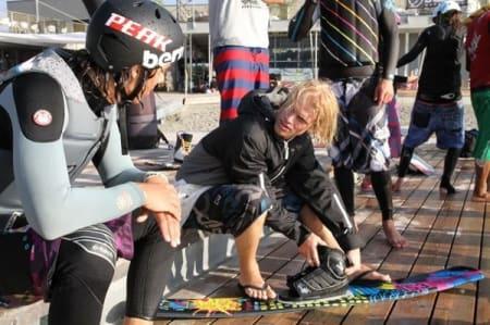 Christopher Frankum (t.v) og Bjørn Jokerud diskuterer ski og bindingsdesign.
