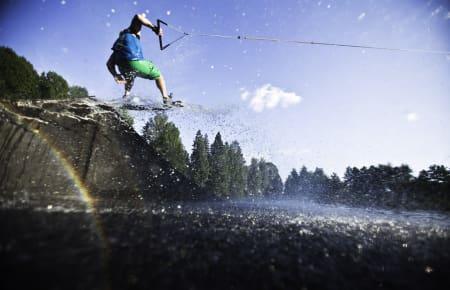 HJEMMEKABELBANE: Wakeboard, vannski eller wakeskate. Lars Pettersen er fast inventar med sistnevnte farkost på 3. dammen i Tønsberg. Foto: Christian Nerdrum