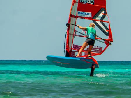 HYDROFOIL I STEDET FOR FINNE: Oda Johanne Stokstad Brødholt knuser myter om windsurfing med foil. Bilde: Privat
