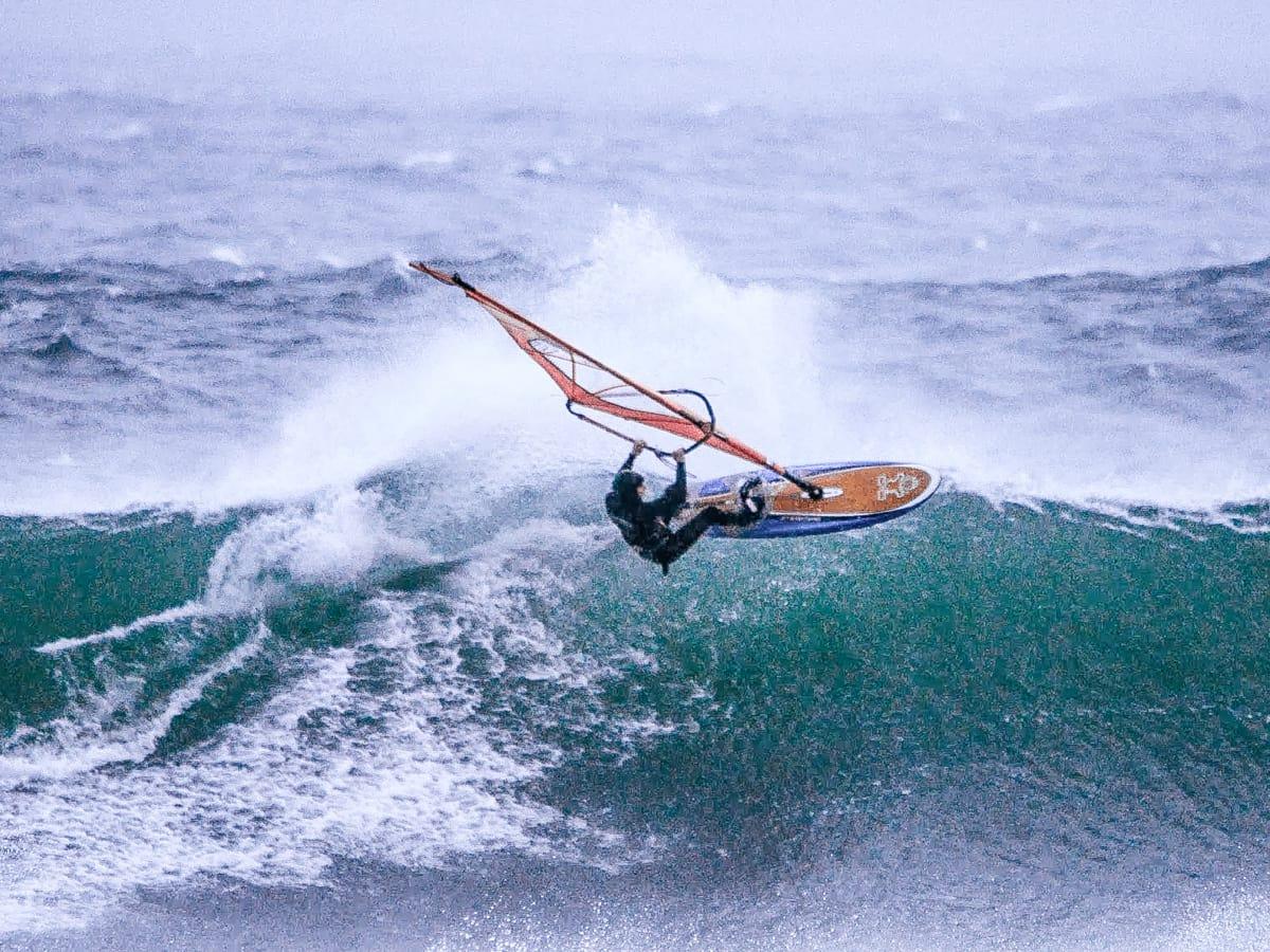 GNARLY: Erik Tobiassen oppsøkte kritiske bølger som en knapt kan huske å ha seilt på Jæren siden tidene morgen. Bilde: Jørgen Michaelsen