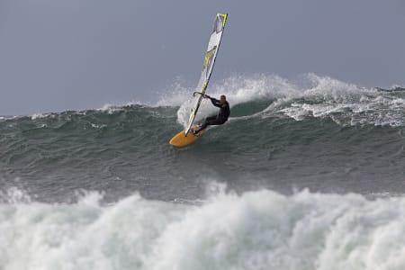 Windsurfingentusiast Terje Tuft der han trives best. Bilde: Nils-Erik Bjørholt