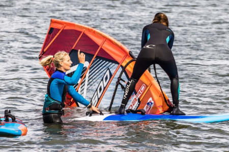 Oda Johanne Stokstad Brødholt er en av verdens windsurfere og arrangerer en årlig festival på Østlandet. Foto: Eirik Brødholt / Fredrik Sørling