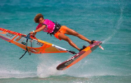 SUPERSTJERNE: Karibiske Sarah Offringa er tretten ganger verdensmester i brettseiling, og hun kommer til Norge i september.
