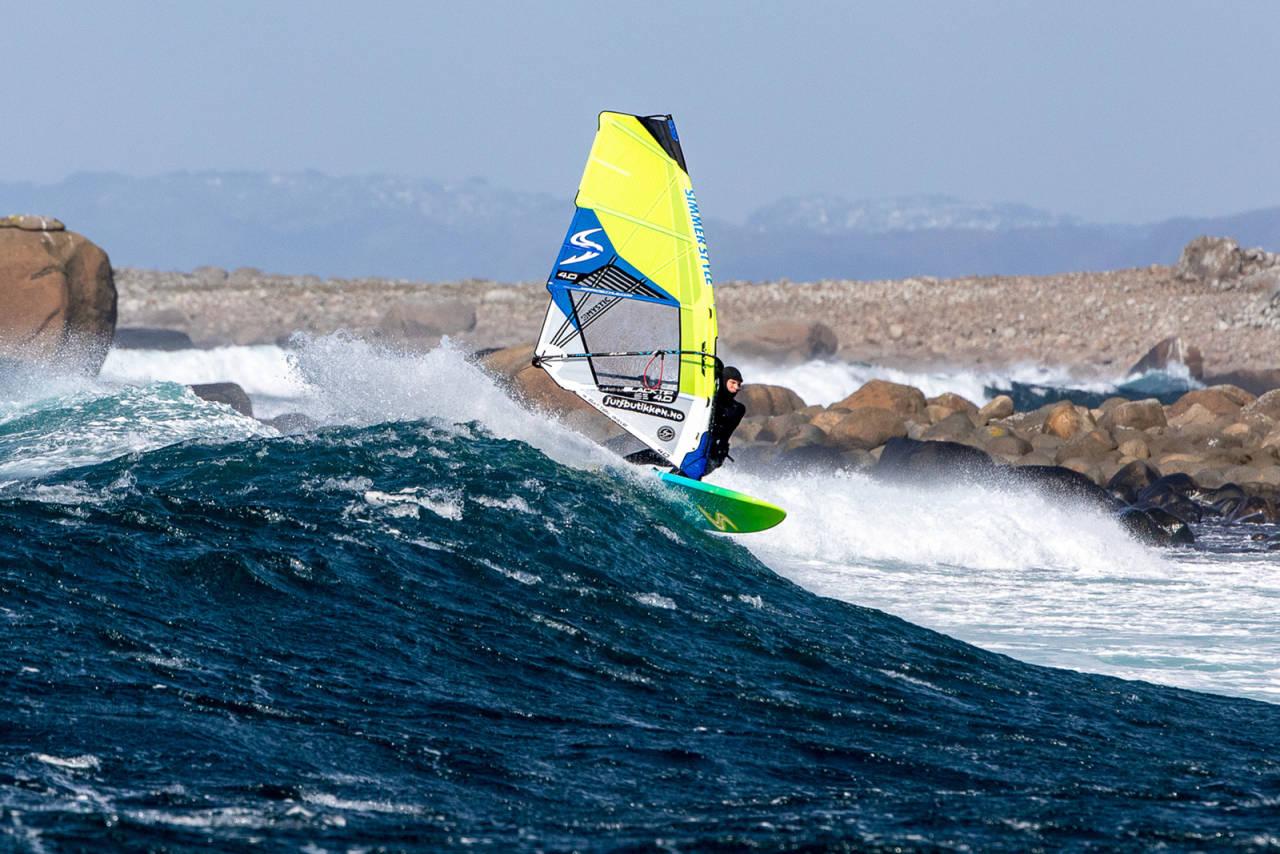 NÅ ER DET GREIT! Inge Kvivik trenger ikke lenger bekymre seg over bøter for å windsurfe på Lista-strendene. Bilde: Otto Motzke
