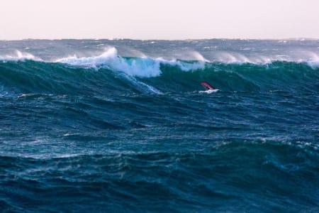 MONSTERBØLGER: På dette bildet av Robert Torkildsen ser du hvor heftige bølgene faktisk er.
