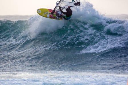 Glenn Aspen i bølgene.