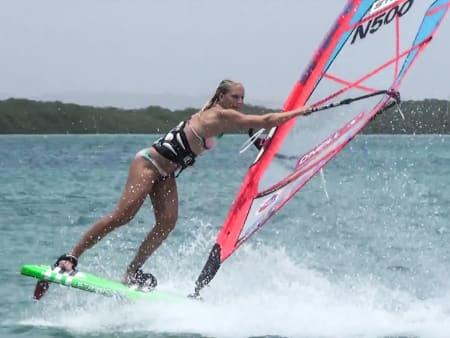 I MEDVIND: Når Oda ikke er hjemme i Norge for å jobbe, er hun på en strand det blåser.