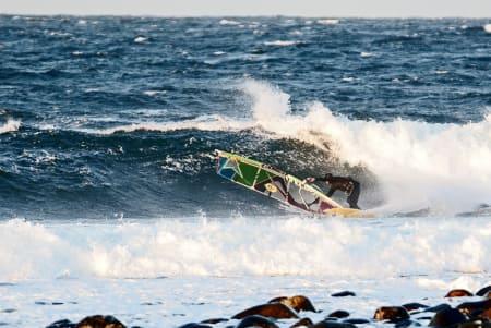 BOTTOMTURN: Terje Tuft legger ned seiler og lader opp til nok et bølgemøte. Bilde: NIls-Erik Bjørholt