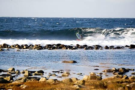 ROBERT: Robert Torkildsen legger ned seilet og bygger opp fart. Vann skal forflyttes. Bilde: Nils-Erik Bjørholt