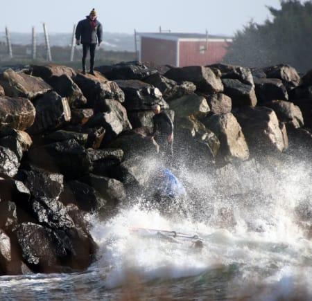Espen Kongshaug drar ofte til Lista på dagstur fra Oslo. Etter mye bra seiling får han nærkontakt med moloen.Andre tar han vel imot. Utrolig nok ble verken han eller utstyret skadet. Bilde: Rolv Gregersen.