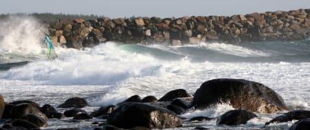 TRANGT: Med vest i svellet og store sett men bølger,sperres passasjenforan moloen. Vegard Knudsenmanøvrerer elegant gjennom porten. Foto: Rolv Gregersen