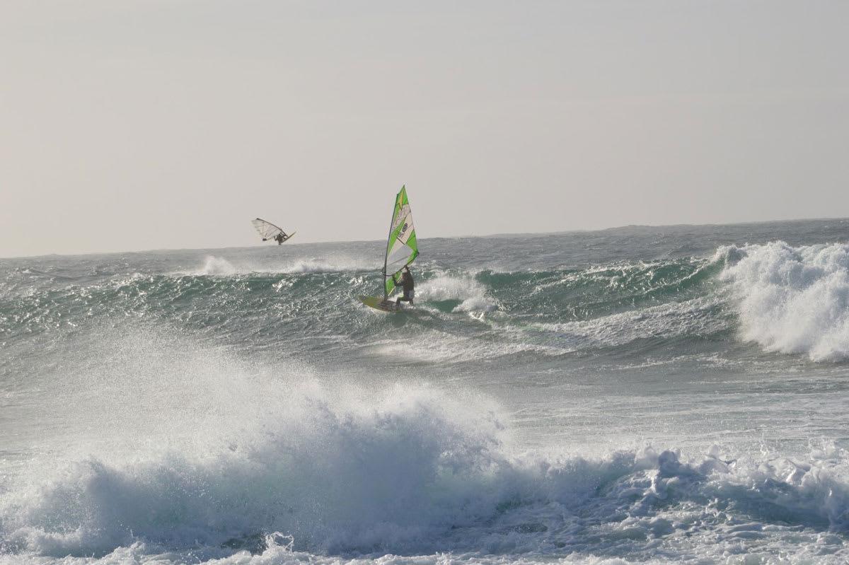 LISTA: Fete bølger og fet vind! Glenn Aspen i luften og PC Brodschöll på bølgen. Foto: Sondre Tungodden Torkelsen