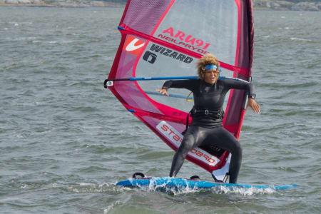 Sarah-Quita har vært med på tre windsurf-festivaler i Norge så langt. Hun er imponert over hvor motiverte kursdeltagerne her er. Foto: Eirik Brødholt / Fredrik Sørling