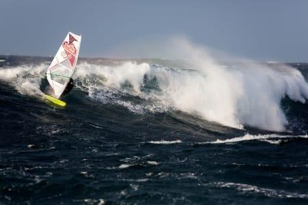 Terje Tuft utnytter bølgens potensial med stil. Foto: Otto L. Motzke