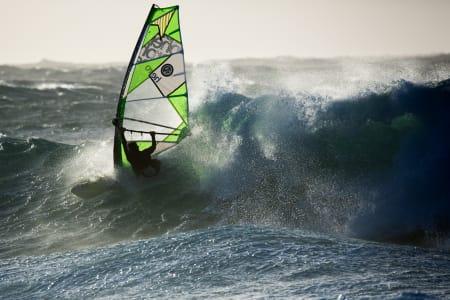 Per Christian Brodschöll legger ikke noe i mellom i møte med denne bølgen.  Foto: Otto L. Motzke